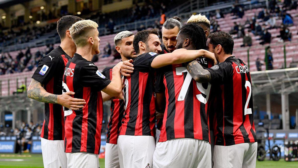 Milan, l'abbraccio della squadra